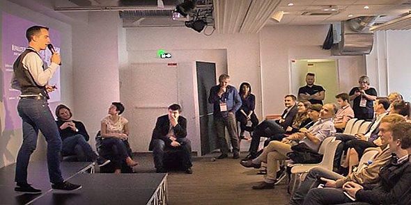 Arnaud Laurent, cofondateur de Sprint Montpellier, face à parterre de startuppers.