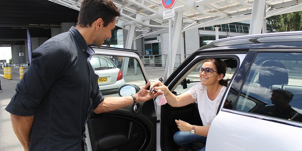 Le jour du départ, le client confie son véhicule à un voiturier qui l'attend au dépose-minute de la gare ou de l'aéroport avant de prendre son train ou son avion.