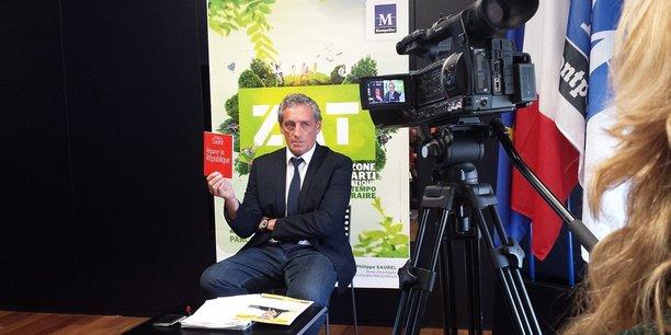 Philippe Saurel brandit son essai de 2015, Réparer la République, qui aurait annoncé la méthode Macron deux ans à l'avance.