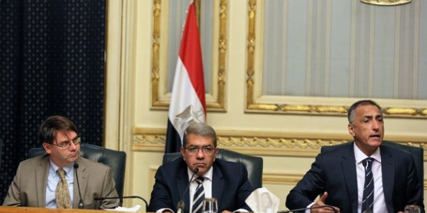 Chris Jarvis, chef de la mission du FMI au Caire de l'année dernière,  Amr El-Garhy, ministre des Finances et Tarek Amer, le gouverneur de la Banque centrale d'Egypte, lors d'une conférence de presse, le 11 août 2106 au Caire.
