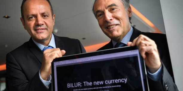 Ousama Al Ali, responsable du développement commercial (à gauche), et Ignacio M. Ozcariz, CEO de la société de services financiers R FinTech, lors de la présentation de Bilur.