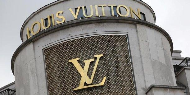 Le numéro un mondial de l'industrie du luxe est valorisé 116 milliards d'euros et dépasse Total qui était jusqu'ici la plus grande capitalisation de la Bourse de Paris.