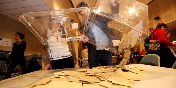 Sur fond d'abstention record, les candidats se revendiquant d'Emmanuel Macron font largement la course en tête lors du premier tour des élections législatives, avec environ 32% des suffrages.