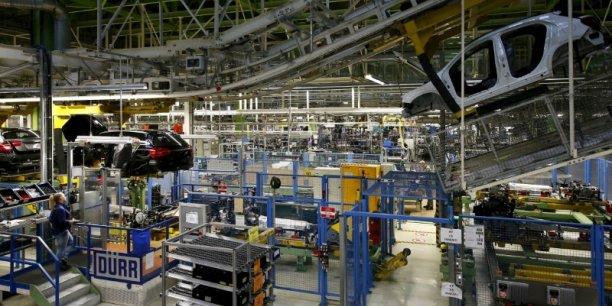 Selon l'Insee, la fabrication de matériel de transport est la principale contributrice à la croissance en volume de l'industrie manufacturière, à moitié pour la valeur ajoutée et aux neuf dixièmes pour la production.