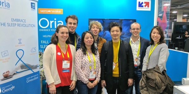 Les dirigeants de Sensorwake, Guillaume Rolland et Ivan Skybyk, et l'équipe du distributeur JaponaisC'est La Vie Co.,LTDau CES 2017 sur le stand de Sensorwake (Las Vegas)