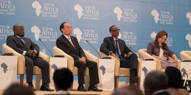 Jean P. Nsengimana, ministre rwandais de la jeunesse et des TIC, Houlin Zhao, secrétaire général de l'UIT, Paul Kagamé, le président du Rwanda, et Amani Abou-Zeid, chargée de la commission Infrastructures et énergie à l'UA, lors du sommet Transform Africa.