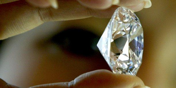 Le diamant de 709 carats a été découvert dans la province de Kono, dans l'est du pays, par le pasteur Emmanuel Momoh, un chercheur de diamant occasionnel.
