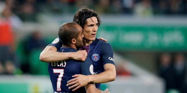 Les joueurs du PSG Lucas Moura et Edinson Cavani célèbrent un but, ce dimanche, contre Saint-Etienne.