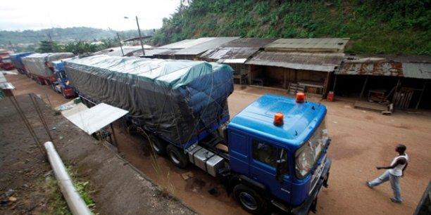 Une file de camions de transport de marchandises immobilisés à Noe, une ville ivoirienne frontalière avec le Ghana,d'où des assaillants étaient venus attaquer le poste-frontière de la ville en septembre 2012.