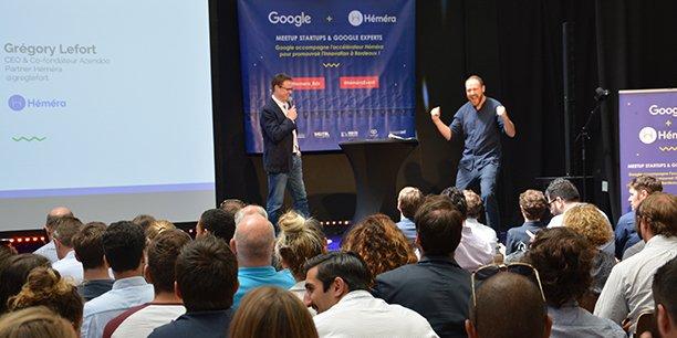 Sur scène, Greg Lefort et Alexandre Sutra représentant Héméra, au début de la rencontre avec les experts de Google