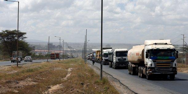Une file de camions traversant la route principale de la ville portuaire de Mombasa, à la périphérie de Nairobi, la capitale du Kenya, le 4 mars 2016.