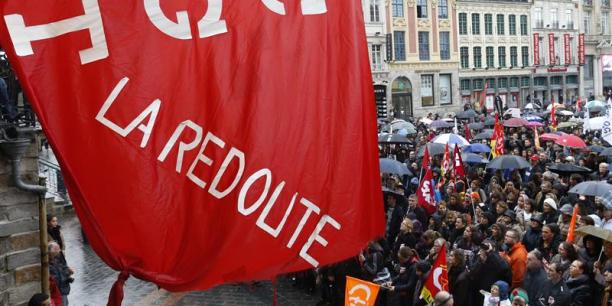 La « vente par correspondance », qui s'est muée en e-commerce, a payé un lourd tribut. En 2014, le vépéciste La Redoute, à Roubaix, restructuré par Kering a perdu les deux tiers de ses effectifs, le plus gros plan social de ces cinq dernières années dans les Hauts-de-France. Les 3 Suisses, non plus n'ont pas été épargnés, avec un plan de 232 licenciements pour 3 Suisses France et de 268 notifications pour 3SI Commerce. (Photo : le 7 nov. 2013, à Lille, manifestation contre le groupe Kering)