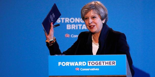 La Première ministre britannique Theresa May présente le programme des conservateurs à Halifax (West Yorkshire), le 18 mai.