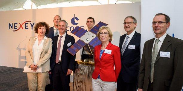 Les principaux signataires du partenariat publique-privée, en compagnie de Geneviève Fioraso, autour d'une maquette fortement semblable à ce que sera Angels.