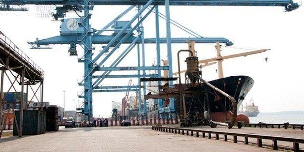 Le nouveau portique permet de manutentionner deux conteneurs de 20 pieds à la fois, ce qui permet d'augmenter la cadence de traitement des conteneurs.