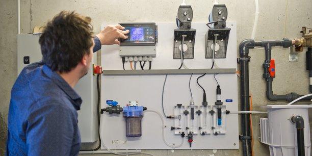 Astéries propose un traitement automatique de l'eau des piscines via des sondes de surveillance et des pompes réactives qui traitent l'eau en temps réel.