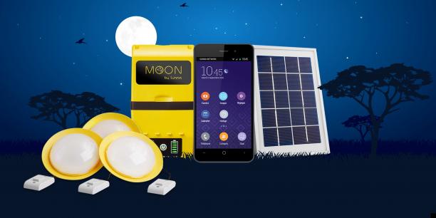 Moon comprend un kit solaire permettant de brancher trois lampes LED et un smartphone, ainsi que ce dernier
