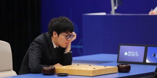 Le champion du monde du jeu de Go Ke Ji face à l'intelligence artificielle de Google lors de la dernière épreuve à l'occasion du sommet Le futur du jeu de Go organisé en Chine.