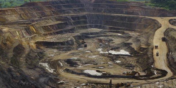 La bauxite est une roche constituant le principal minerai permettant la production d'aluminium. Les bauxites latéritiques constituent environ 85% des ressources mondiales de bauxite, dont 45% sont localisées en République de Guinée.