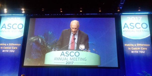 Carl June, pionnier du développement des CAR T-Cells, une piste thérapeutique prometteuse contre le cancer, lors d'une présentation à l'ASCO 2017.