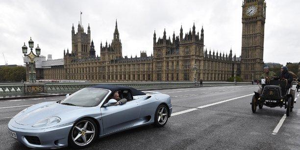 Un ressortissant français traverse le Pont de Westminster, à Londres, au volant de sa Ferrari.