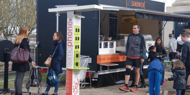 La recharge électrique pour smartphones d'Heliosis place des Quinconces lors du marathon de Bordeaux.