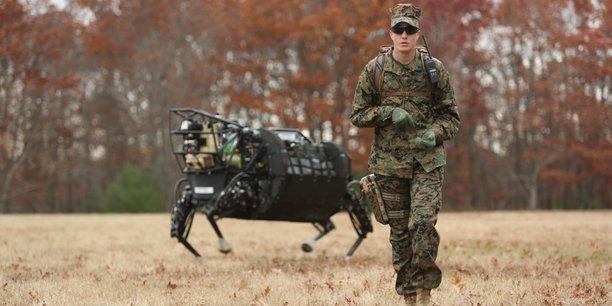 Dans l'idée de constituer à l'avenir des troupes mixtes - humaines et robotiques - sur le champ de bataille, la Darpa (le département américain de la Défense spécialisé dans les nouvelles technologies) a financé certaines recherches de la startup Boston Robotics (issue du MIT). (Photo : en novembre 2013, un robot mule LS3 (pour Legged Squad Support System) de Boston Robotics testé en appui d'un marine du 1er bataillon, 5e régiment de Marines, à Fort Devens, Massachusetts.)
