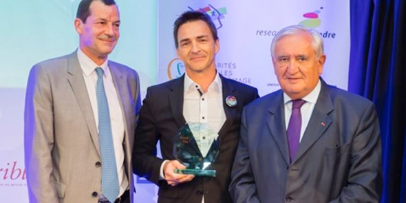 Jean-Thierry Winstel, fondateur de Bioviva, récompensé le 7 juin 2017 par la Fondation MMA et le président de cérémonie, Jean-Pierre Raffarin.