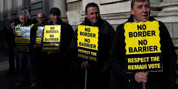 Environ 30.000 personnes franchissent chaque jour sans le moindre contrôle les quelque 500 kilomètres (310 miles) de frontière entre l'Irlande et l'Irlande du Nord.
