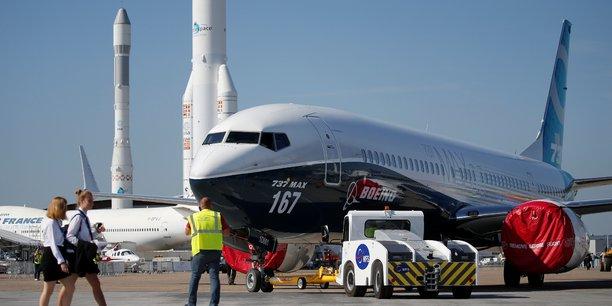 Boeing devrait assurer un feu d'artifice avec le lancement ce lundi du B737 MAX-10, lors de cette 52e édition du Salon du Bourget ou Salon international de l'aéronautique et de l'espace de Paris-Le Bourget (Paris Air Show en anglais) (Photo: Samedi 17 juin, au Salon du Bourget, avec au premier plan un Boeing 737 MAX  en cours de déplacement, et notamment au second plan, des lanceurs de l'ESA/Arianespace)