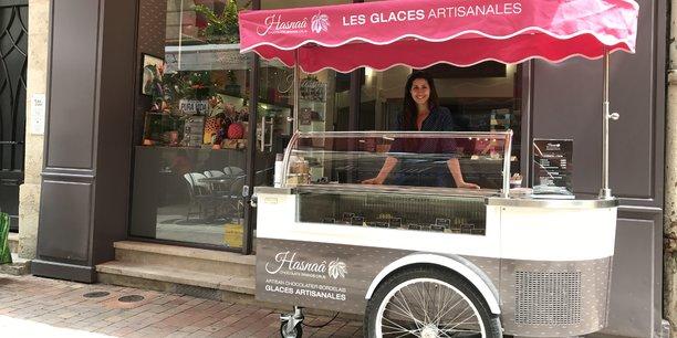 Hasnaâ Ferreira propose désormais des glaces devant sa boutique de chocolats installée rue de la Vieille-Tour.
