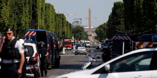 Un vehicule de la gendarmerie percute sur les champs-elysees[reuters.com]