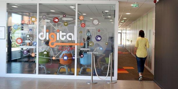 La digital room du groupe SEB se présente comme une salle de classe muni d'écrans géants permettant de suivre en temps réel les ventes dans le monde entier.