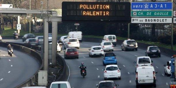 150.000 à 200.000 voitures, dont 27 % sont concentrées sur seulement deux axes, circulent chaque jour sur les 800 kilomètres de route de l'Île-de-France.