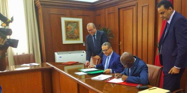 Le ministre marocain de l'Economie et des finances Mohammed Boussaid, et le vice-président de la BDEAC Sokambi Armand Guy, lors de la cérémonie de signature qui s'est tenue hier à Rabat.