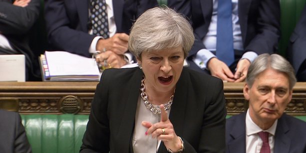 Privée de la majorité absolue depuis son pari raté des élections législatives anticipées du 8 juin, Theresa May a écourté un déplacement à Berlin pour assister au vote.