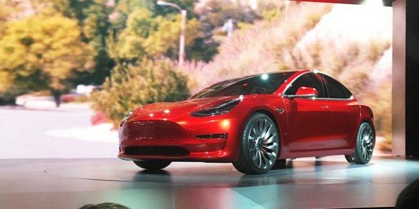 La Model 3, sera vendue 35.000 dollars, deux fois moins cher que les autre modèles de Tesla