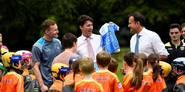 Ce 4 juillet, à Dublin, le Premier ministre canadien Justin Trudeau, ici brandissant un maillot, avec son homologue irlandais, le Taoiseach Leo Varadkar, à l'issue d'une partie de hurling.