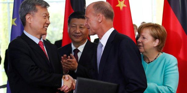 Ce 5 juillet, le patron du groupe Airbus, Tom Enders, serre la main de Sun Bo, Pdg de la China Aviation Supplies, pour sceller la vente des 140 appareils. Cette cérémonie se faisait ce 5 juillet en présence du président chinois Xi Jinping (au second plan) et de la chancelière allemande Angela Merkel (à droite) à qui il était venu rendre visite à l'approche d'un G20 à haute tension qui se tient en Allemagne les 7 et 8 juillet, à Hambourg.