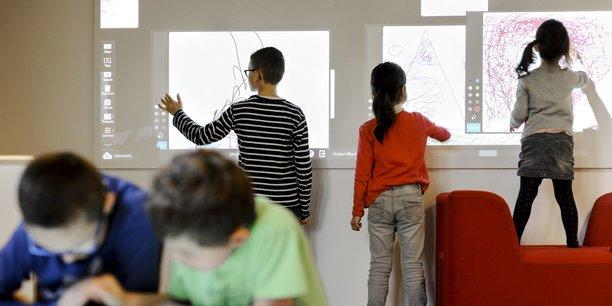 Avec sa Nouvelle classe, la startup Unowhy propose aux enseignants un lieu qui leur permet d'expérimenter avec leurs élèves différents supports numériques, dont le tableau interactif.