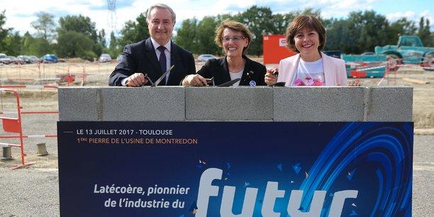 De gauche à droite : Jean-Luc Moudenc (maire de Toulouse), Yannick Assouad (directrice générale du groupe Latécoère) et Carole Delga (présidente de région) cimentent les premières briques de la futur usine 4.0 de Latécoère.