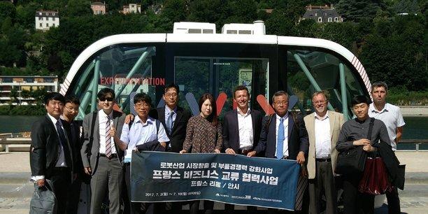 La délégation du cluster robotique coréen REPA devant la navette autonome Navly, à Lyon.