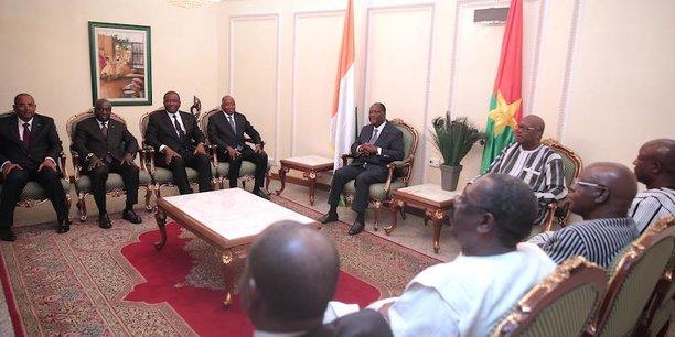 Les présidents ivoirien et burkinabé en compagnie de leurs ministres, ce lundi 17 juillet à Ouagadougou.