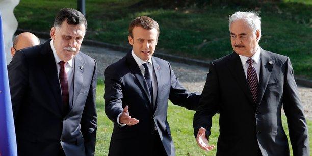 Fayez Al-Sarraj, Emmanuel Macron et Khalifa Haftar, lors de la rencontre à La Celle Saint-Cloud, près de Paris, le 25 juillet 2017.