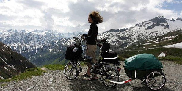 Une touriste à vélo en Suisse.