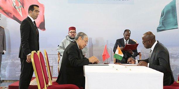 Le Président Alassane Ouattara et le Roi du Maroc, Mohammed VI, présidant une cérémonie de signature d'Accords bilatéraux le 27 février 2017.