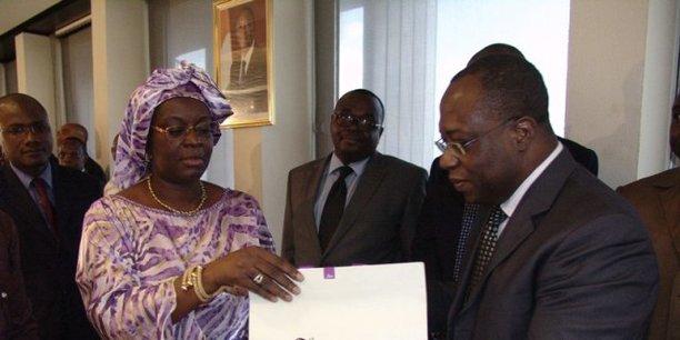 Yves Brahima Kone, alors DGA du Conseil Café-Caca, salué par Massandjé Touré-Litsé, la DG du Conseil, lors de la cérémonie de départ organisée le 8 mai 2012 en l'honneur de Koné, qui partait alors vers de nouvelles fonctions.