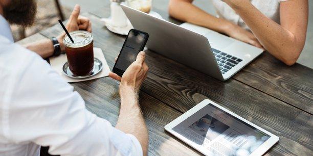 Parmi aider ses salariés à retrouver leurs marques dans l'entreprise, Schneider Electric propose un sponsor. L'idée est de mettre en lien un expatrié avec une personne de l'entreprise pour qu'elle puisse lui fournir un soutien et des indications d'ordre professionnel. « Il s'agit d'une personne du business qui pourra orienter le salarié expatrié à travers les étapes du retour. Quelqu'un qui possède une bonne visibilité, une ancienneté suffisante et une bonne connaissance de l'entreprise. »