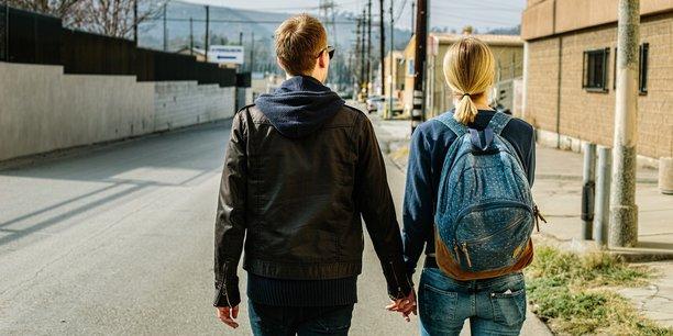 Selon une étude, 60% des expatriés considèrent leur expérience professionnelle à l'international comme une promotion tandis que leurs conjoints la voient comme une rétrogradation pour leur propre carrière.