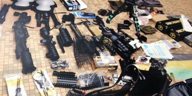 La police a découvert notamment des fusils semi-automatiques, des appareils de vision nocturne, des tubes containers à charge explosive et des produits chimiques.